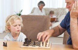 Las clases de ajedrez para niños les ayudan a pensar y decidir mejor