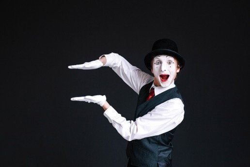 Mimo en las clases de teatro para niños haciendo que se diviertan