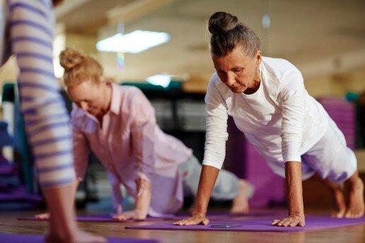 Gimnasia de mantenimiento para mayores y adultos en las que dos mujeres practican ejercicio
