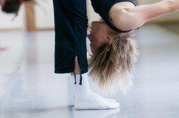 Ejercicio de gimnasia de mantenimiento para mayores y adultos para mejora de elasticidad