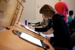 Sesión del taller de cómic y novela gráfica en la que los alumnos desarrollan la ilustración