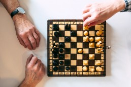 Las clases de ajedrez para jovenes y adultos permiten jugar a personas de edades diferentes