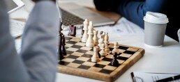 Dearrollo de una partida en una de las clases de ajedrez para jóvenes y adultos