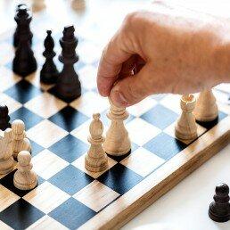 En las clases de ajedrez para personas mayores se enseñan técnicas de perfeccionamiento