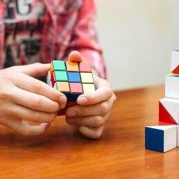 Niño en el club de juegos de inteligencia desarrollando sus capacidades