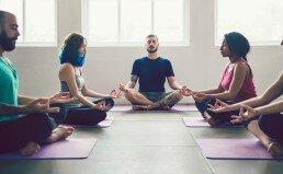 Posición de meditación y relajación para adultos y jóvenes durante una sesión