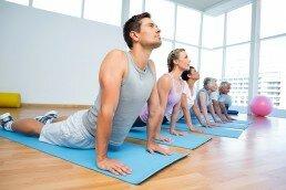 El yoga para adultos y jóvenes trabaja en el bienestar físico de todas las edades